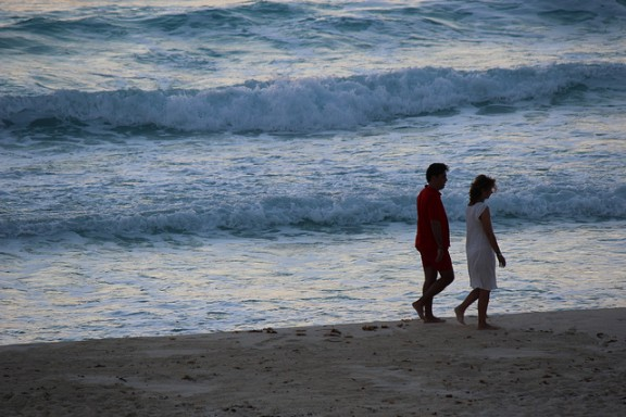 Couple on beach in Cancun by Shinya via Flickr