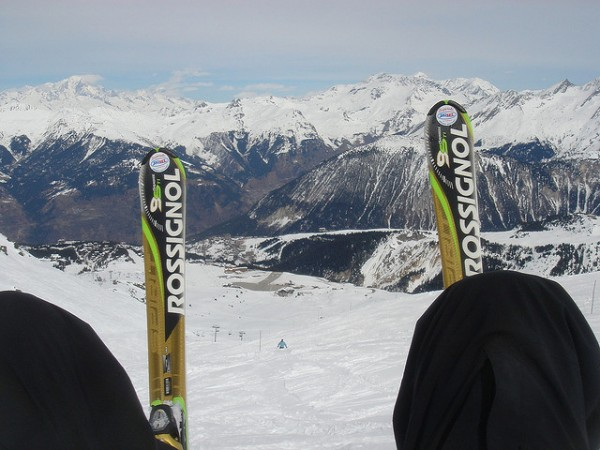 Travel News: Skiing vs Snowboarding – Who's Happier on the Slopes?